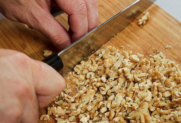 Измельчаем грецкий орех.