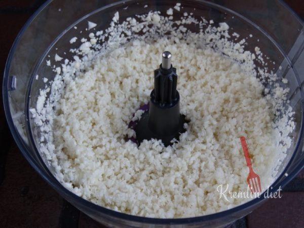 Измельчите цветную капусту с соком и цедрой лимона в кухонном комбайне или ручном блендере