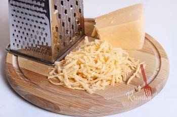 Посыпаем каждую порцию натертым на крупной терке сыром и отправляем горшочки в духовку минут на десять, до тех пор, пока сверху не образуется золотистая корочка.