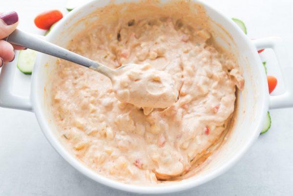 Тщательно перемешайте все мелко измельченные ингредиенты в миске. Поставьте в холодильник на 15 минут настаиваться