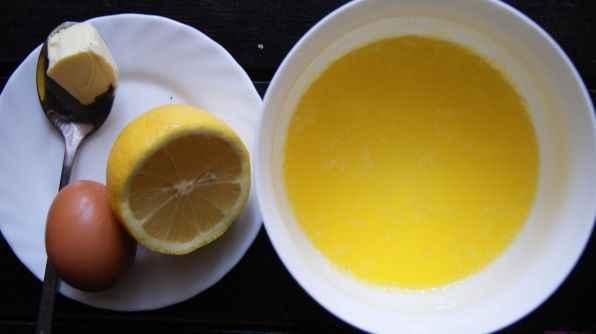 Продолжите взбивать, пока все сливочное масло не будет добавлено. Белый молочный белок, который накопился у основания кастрюли, аккуратно уберите, он не должен попасть в соус.