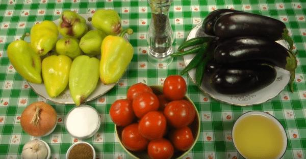 Подготовим продукты для кади-ча. Баклажаны, перцы, помидоры вымоем. Лук почистим.