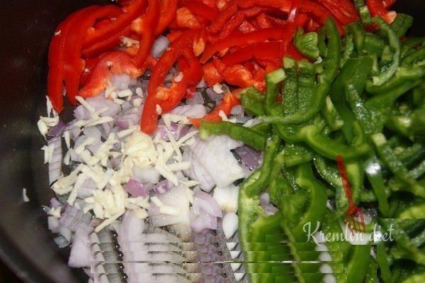 В том же масле обжариваем овощи. Шумовкой перекладываем к курице.