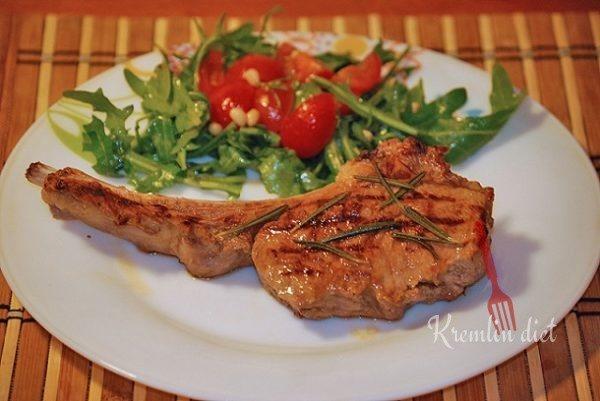 По истечении времени, достаем противень. Выкладываем готовое мясо на порционные тарелки, украшаем рукколой и помидорками черри. Подаем к столу. Приятного аппетита!