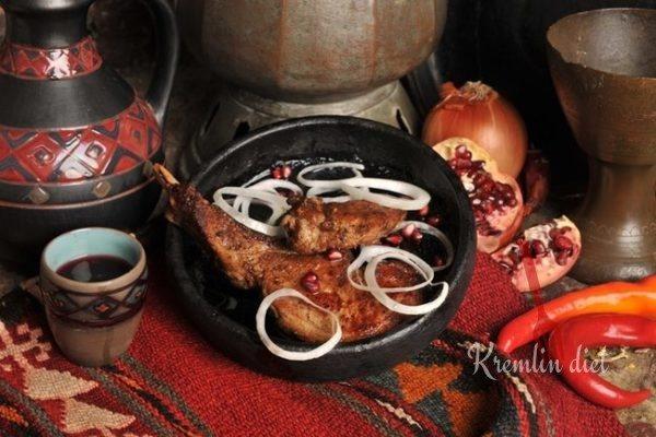 """Затем украшаем листовым салатом, маринованным луком и подаём к """"походному столу"""". Приятного аппетита!"""