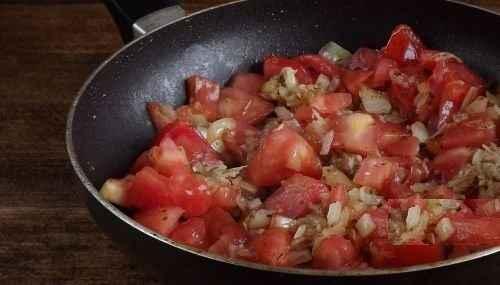 Затем добавляем туда помидоры и тушим примерно минут пятнадцать. Не забывайте помешивать!