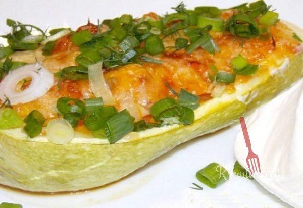 По истечении времени, достаем противень, выкладываем кабачки на сервировочное блюдо, украшаем зеленью и подаем к столу. Приятного аппетита!