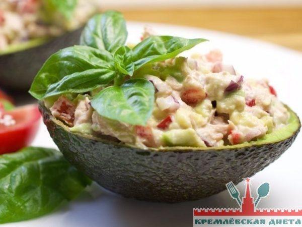 Наполните салатом оболочки авокадо.