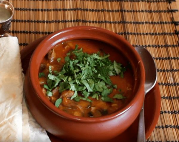 Разливаем солянку по грузински остри в порционные тарелки, насыпаем зелень и подаем к столу. Приятного аппетита!