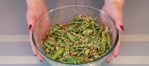 Соединяем фасоль, выдавленный чеснок, нашинкованную зелень и овощную смесь. Солим и перчим по вкусу. Перемешиваем,