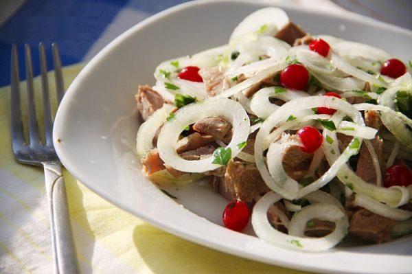 По истечение времени, выложить в салатное блюдо, посыпать клюквой, нашинкованной зеленью и подавать к столу. Приятного аппетита!