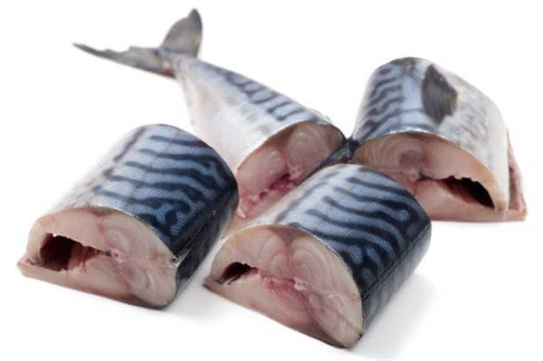 Рыбу моем, чистим и нарезаем на порционные кусочки сантиметра по четыре-пять длинной.