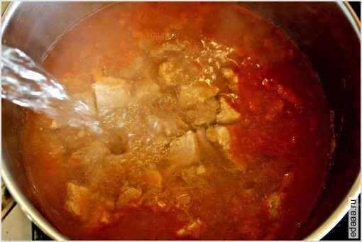 Затем в кастрюлю добавить томатный соус, лавровый лист, базилик, паприку и муку (муку не обжаривать!). Залить водой или бульоном, перемешать. Закрыть крышкой и тушить примерно полтора часа.