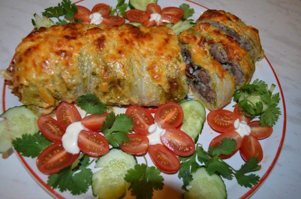 По истечении времени, выкладываем наш Голубец на сервировочное блюдо, украшаем зеленью, помидором, огурцом и подаем к столу. Приятного аппетита!