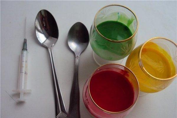 Добавляем пищевые красители, размешиваем до полного растворения.