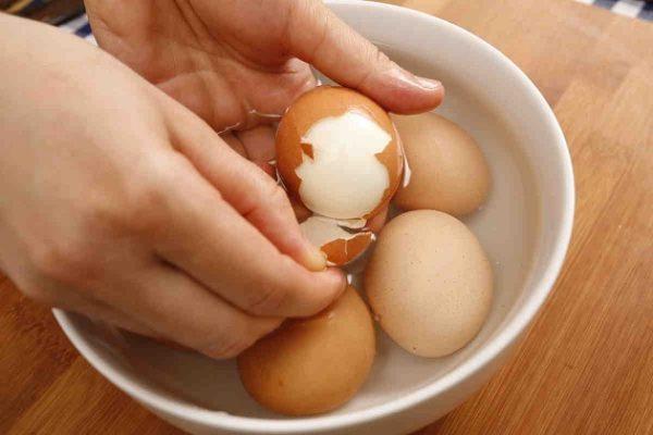"""Яйца отварим """"в крутую"""". Охладим под проточной водой и очистим."""