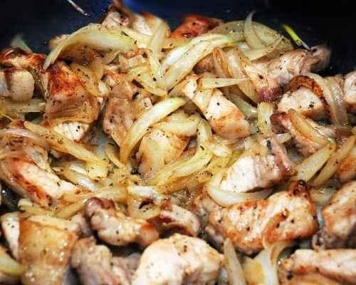 Затем выкладываем к луку мясо, огонь уменьшаем до среднего и обжариваем всё в течение 20-ти минут, периодически помешивая.