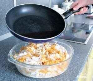 Выливаем раскаленное масло в наш салат и моментально перемешиваем.