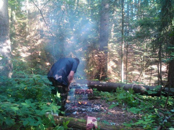 Готовим на углях, периодически поворачивая шампур и поливая маринадом мясо.