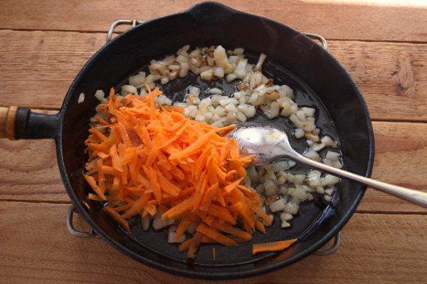 Добавляем морковь,