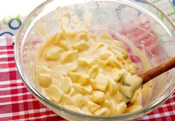 Яблоки моем, чистим и нарезаем произвольными пластинками. Добавляем в тесто и снова перемешиваем.