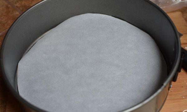 Выложить съемную форму для выпечки пергаментной бумагой.
