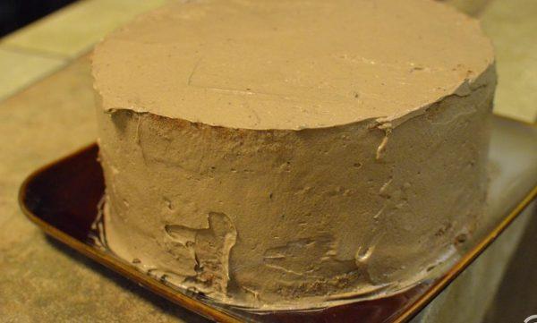 Со всех сторон обмазываем кремом торт и ставим на часик в холодильник.