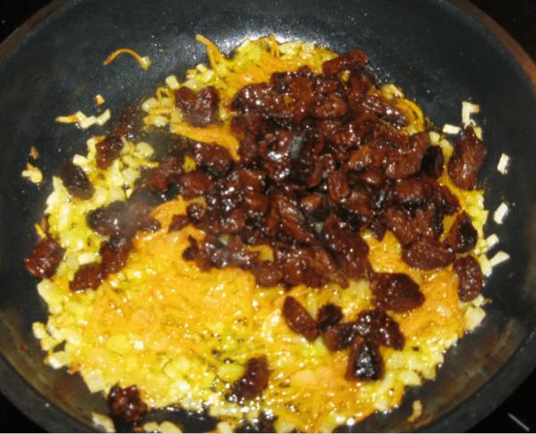Сковороду разогреваем, добавляем сливочное и растительное масло и обжариваем лук до золотистого цвета. Сверху выкладываем мясо и обжариваем на среднем огне минуты 2-3.