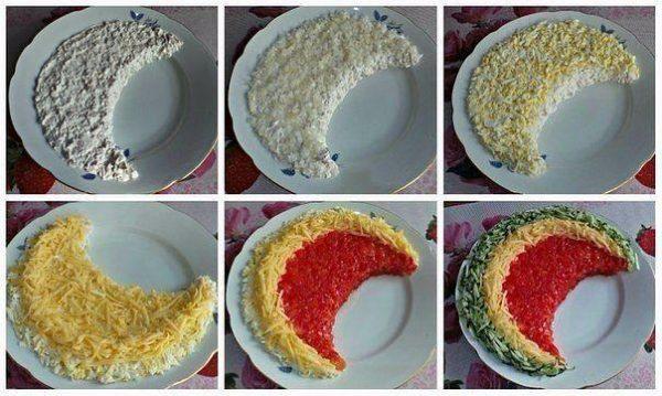 С одной стороны валика - по внутреннему диаметру выложите нашинкованный перец, а с другой - огурец. Аккуратно салфеткой уберите с тарелки упавшие ингредиенты.