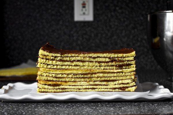 Обмажьте глазурью со всех сторон и поставьте торт в холодильник на 30 минут (или в морозилку на 5 минут), чтобы устоялся шоколад. Затем удалите нижний пергамент.