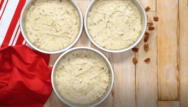 Три круглые формы смажьте растительным маслом и вылейте в них тесто. Запекайте в течение 25 минут.
