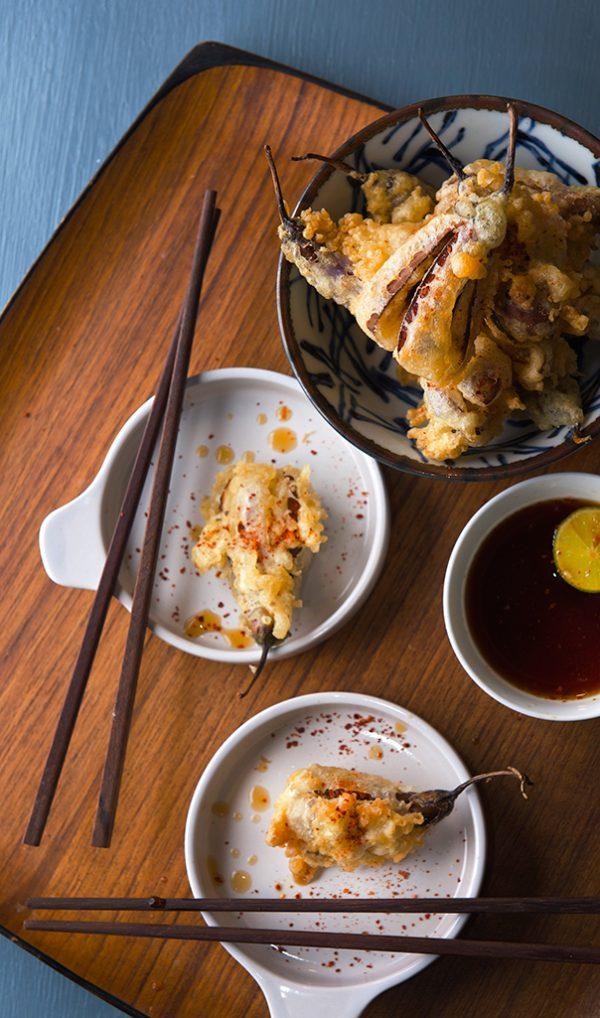 После того, как стечет лишнее масло, выкладываем баклажаны в кляре на сервировочную тарелку и подаем с приготовленным соусом. Приятного аппетита!