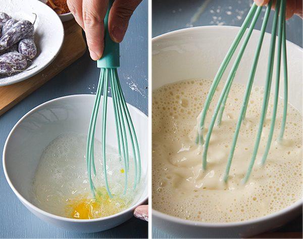 В другой миске смешиваем муку, перец чили и соль. Взбиваем яйцо, добавляем воду и взбиваем венчиком до однородной структуры.