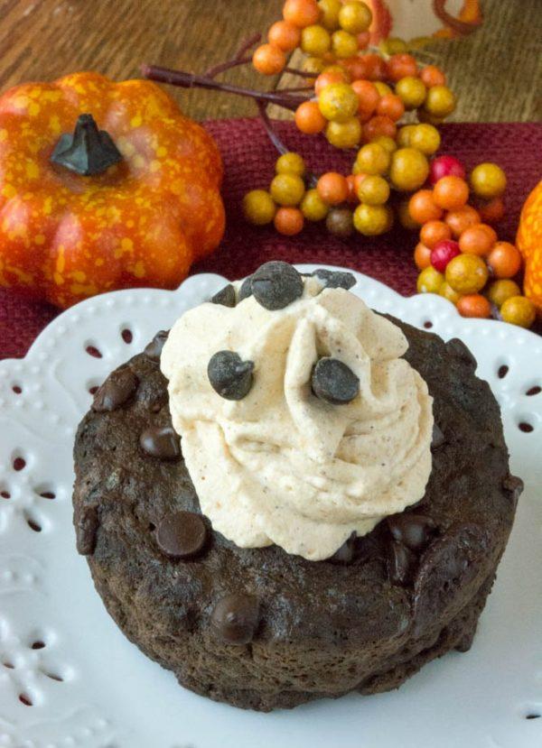 Выложите готовый тортик на сервировочную тарелку, украсьте взбитыми сливками и подавайте к столу. Приятного аппетита!