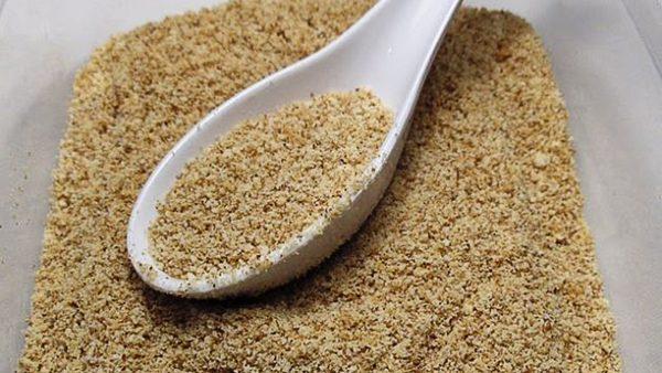 Булочку высушите и натрите на крупной терке, чтобы получились панировочные сухари.