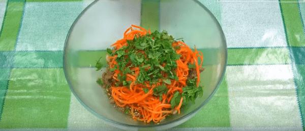 морковь по корейски, обжаренный лук, нашинкованную кинзу и кунжут. Заливаем кунжутным маслом и перемешиваем.