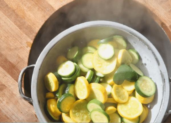 Сливаем воду и просушиваем. Это важно! Можно выложить овощи на полотенце, чтобы ушла влага.