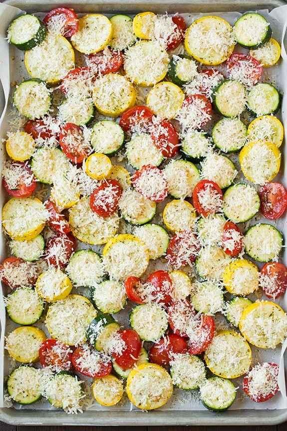 На противень выкладываем одним слоем кабачки, сквоши и нарезанные кружочками помидоры. Промазываем подготовленной ароматной смесью и Оставляем на 10 минут. Затем посыпаем натертым на крупной терке сыром.